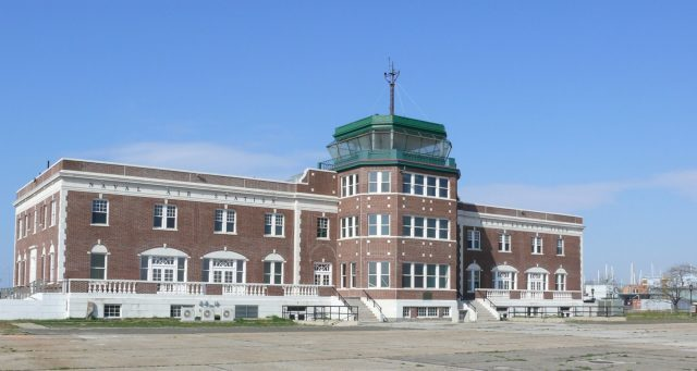 Air traffic control tower at the former Floyd Bennett Field. Author: Ad Meskens CC BY-SA 3.0