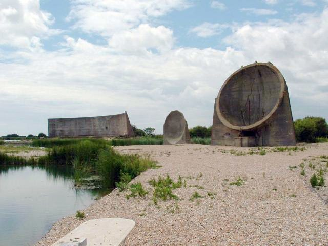 Acoustic mirrors at Denge. Author:Paul Russon CC BY-SA 2.0