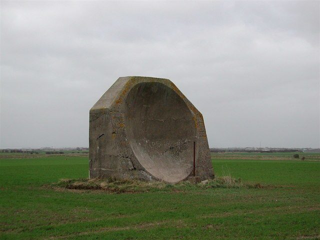 4.5 meter high (14ft 9in) WWI concrete acoustic mirror near Kilnsea Grange, East Yorkshire, UK. Author:Peter Church CC BY-SA 2.0
