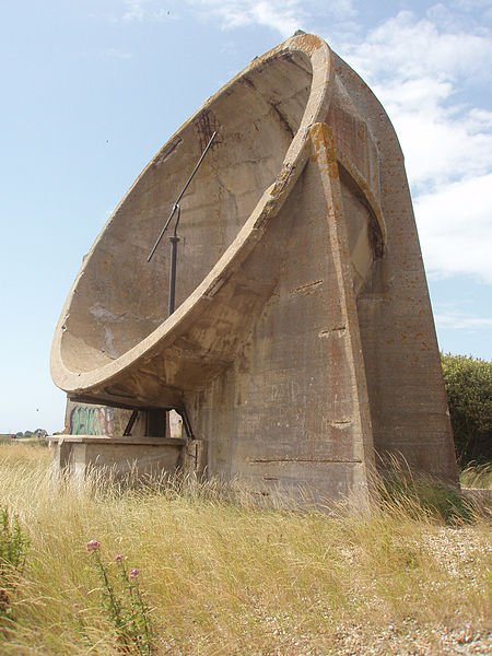 Round acoustic mirror in Denge, Kent, England, July 19, 2009. Author:Bodacea CC BY-SA2.0