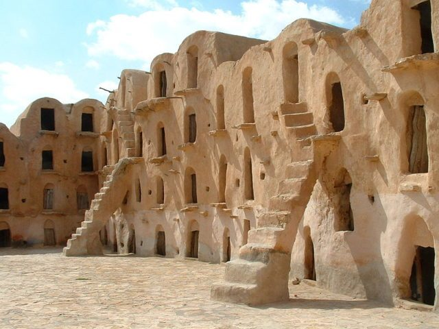 Many of the ghorfas are accessible by the steep steps that lead up from the courtyard floor. Author:AsramCC BYSA3.0