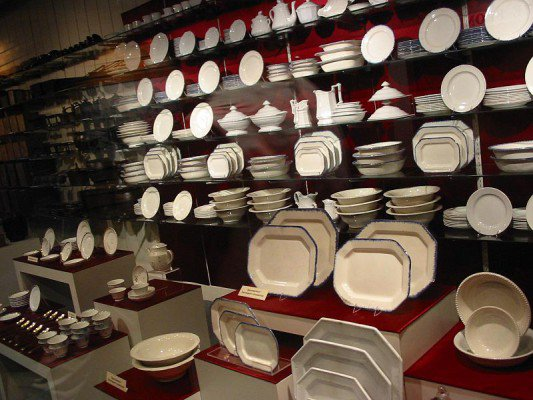 Dishes rescued from the Arabia Steamboat. Author: Johnmaxmena2 CC BY-SA 3.0