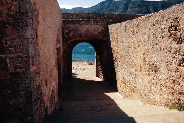 """Entrance tunnel """"Dante's Gate"""" Author:Tyler BellCC BY 2.0"""