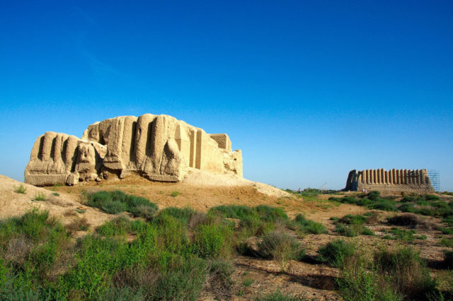 Remains of a temple and Great Kyz Qala in the background. Author:Kalpak TravelCC BY 2.0