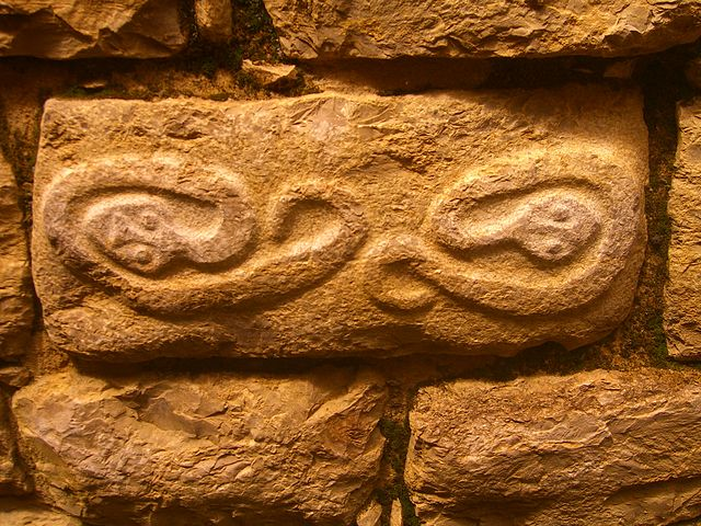 Decorative symbolic art on stone. Author: luiluilui CC BY-SA 3.0