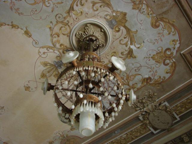 Art Nouveau chandelier.Author:John MornCC BY 2.0