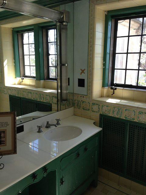 Greystone bathroom.Author:adpowersCC BY 2.0