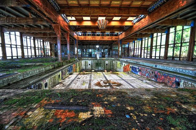 The empty pool, Grossinger's Catskill Resort, New York. Author: Forsaken FotosCC BY2.0