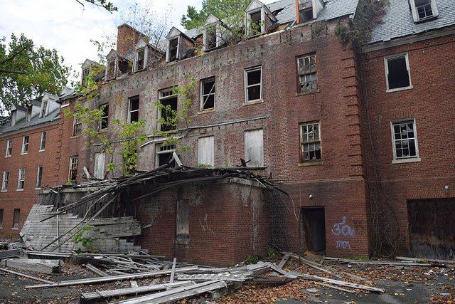 Glenn Dale Tuberculosis Hospital entrance.Author:Preservation MarylandCC BY-SA 2.0