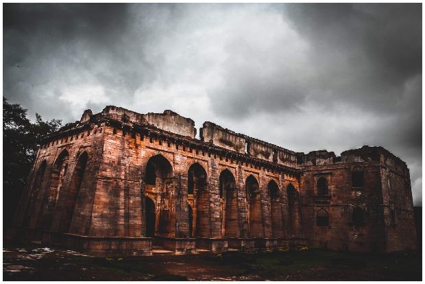2016, Ruins of Hindola Mahal Mandu. NAMiT BAFNA CC BY-SA 4.0