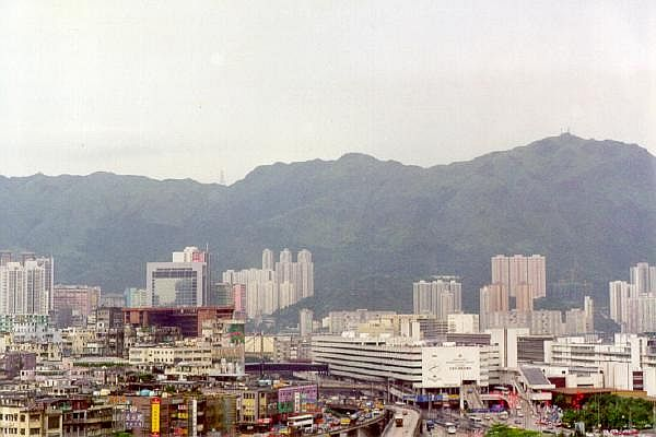 The surrounding skyscrapers and mountains.Author:User:SlCC BY-SA 2.5