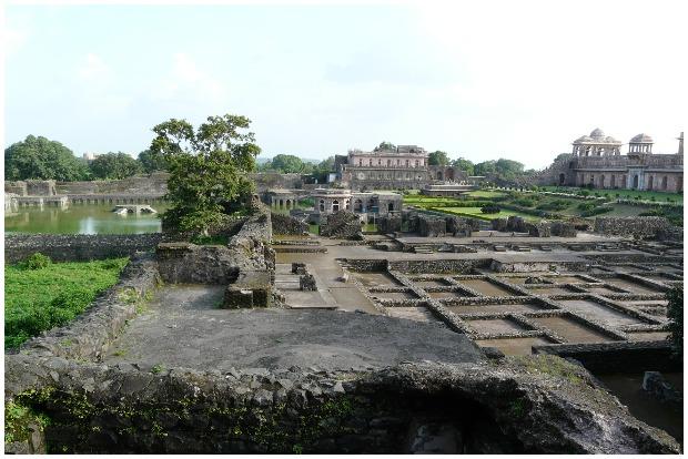 Looking over the palace ruins towards Kapur Talao. Varun Shiv Kapur CC BY 2.0