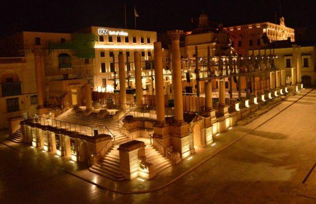 Royal Theatre Square at night. Author:ContinentaleuropeCC BY-SA 4.0