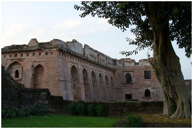 The distinctive sloping walls of the Hindola-Mahal (Swinging Palace). McKay Savage CC BY 2.0
