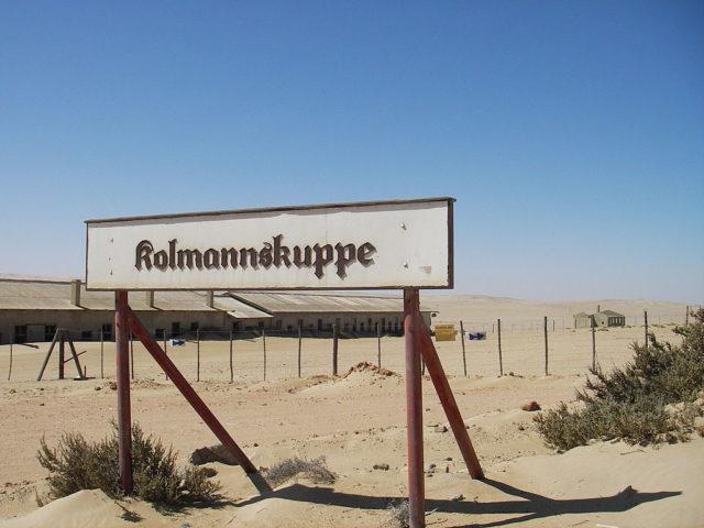 The town sign of Kolmanskop. Author: SqueakyMarmot CC BY 2.0