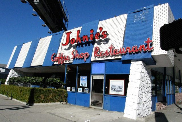 Johnie's Coffee Shop Restaurant on Miracle Mile in Los Angeles, famous for being used as a location for many movies. Author: Michael Mooney CC BY 2.0