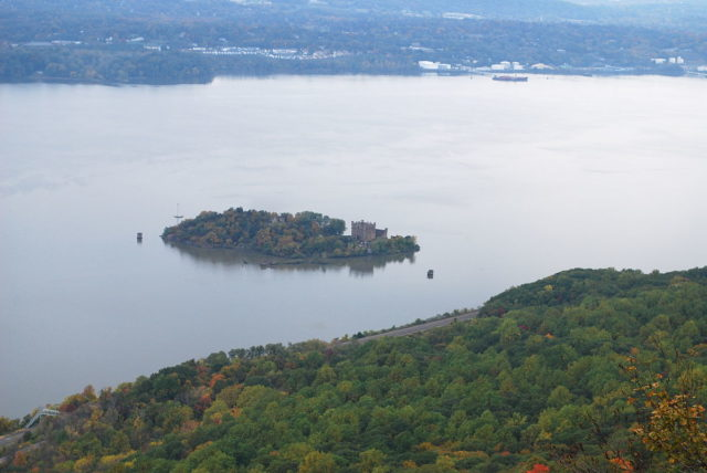 The island and castle viewed from atop Breakneck Ridge. Author: Ahodges7 CC BY-SA 3.0