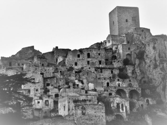 Craco, black and white. Author:Mauro CacciolaCC BY 2.0