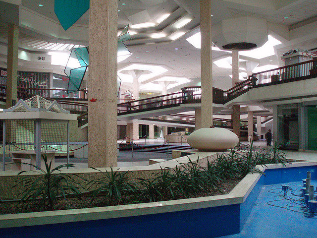 Abandoned portion and empty hallways of Randall Park, the gorgeous mall of the 80s and very early 90s. Author: Eddie~S CC BY 2.0