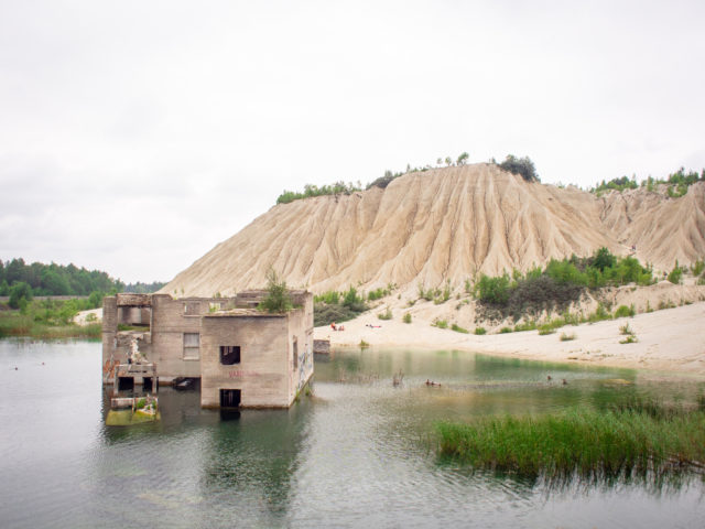 Rummu quarry and the mountainesque Vasalemma spoil tip. Author: wwikgren CC BY 2.0
