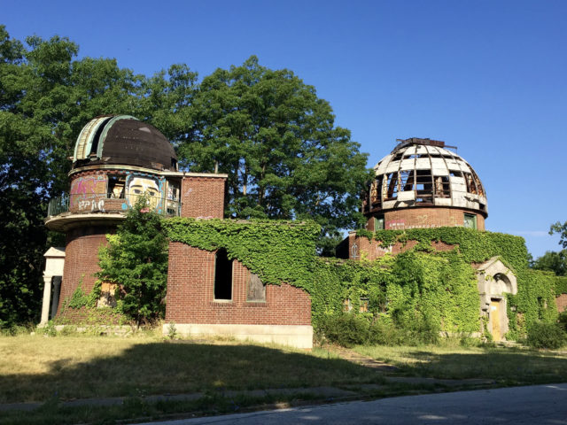 Full view of the facility with its two domes. Author: Mark Souther CC BY-SA 2.0