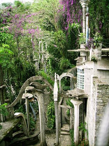 Hidden surreal treasure. Author:Bernardo BolañosCC BY 2.5