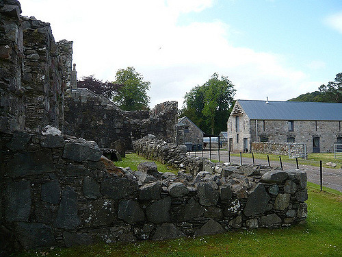 Ardchattan Priory and a neighboring farm. Author: goforchris CC BY-ND 2.0