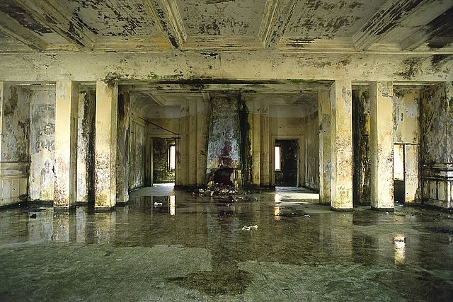 Inside the damaged Bokor casino. Author: nicolas pascarel CC BY 2.0