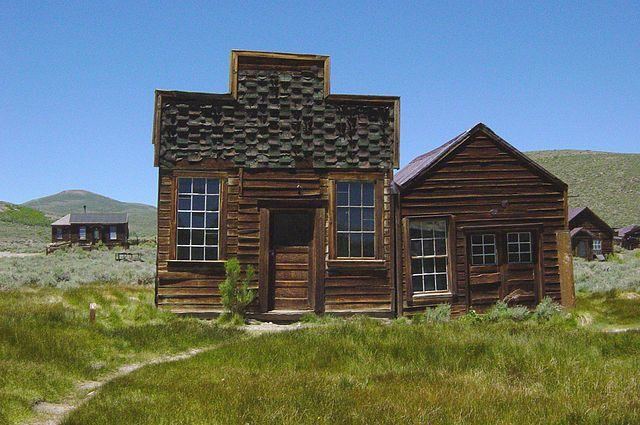 Sam Leon Bar and Barber Shop in Bodie, California – By Daniel Mayer – CC BY-SA 3.0