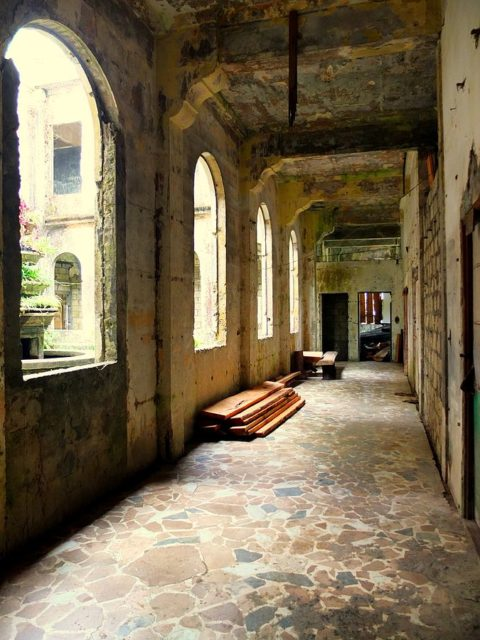 Empty halls overlooking an atrium. Author: Ramiltibayan CC BY-SA 4.0