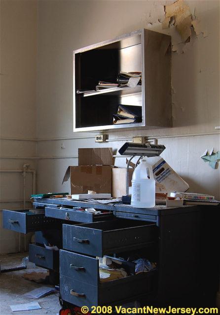 Abandoned office desk. Author: Justin Gurbisz CC BY-ND 2.0