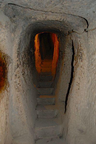 Claustrophobic hallway. Author: LWYang CC BY 2.0