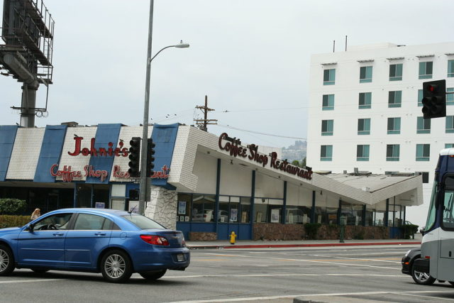 The southeastern corner of Johnie's Coffee Shop on Wilshire Boulevard, 2009. Author: ChildofMidnight CC BY 3.0