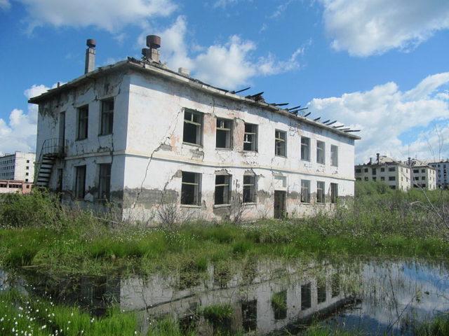 One of the abandoned buildings of Kadykchan. Author: Laika ac CC BY-SA 2.0
