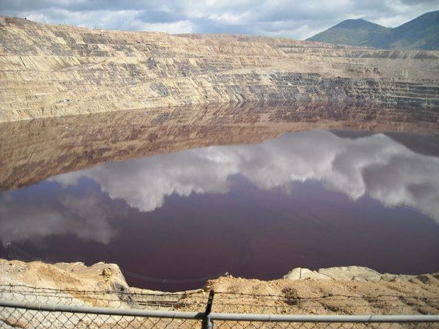 The Berkeley Pit acid lake. Author: Cybergrl23 CC BY-SA 3.0