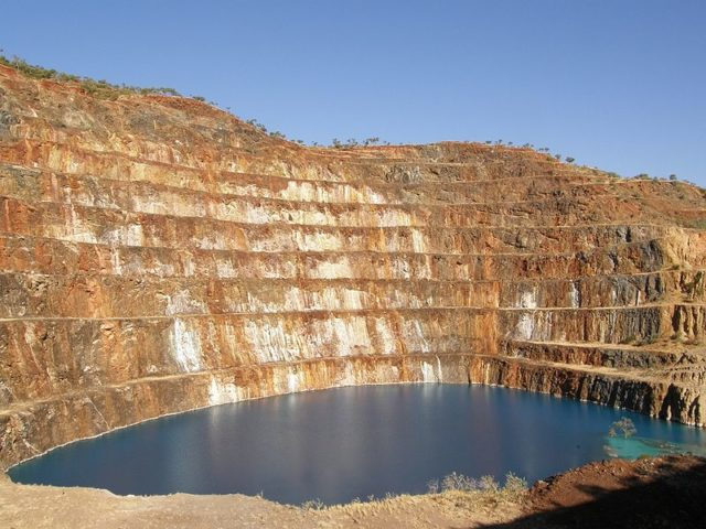 The open pit of Mary Kathleen mine. Author: Geomartin CC BY 3.0
