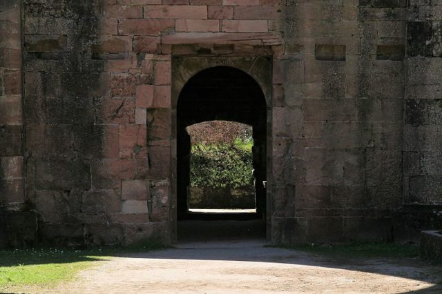 The welcoming door of the monastery. Author: Frank Vincentz CC BY-SA 3.0