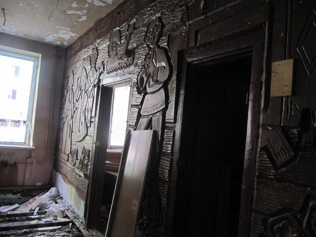 Wood carved wall. Author: Laika ac CC BY-SA 2.0