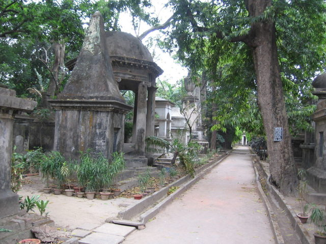 XVIII century tombs and mausoleums in the Park Street cemetery of Calcutta (now a public park). Author: Grentidez CC0