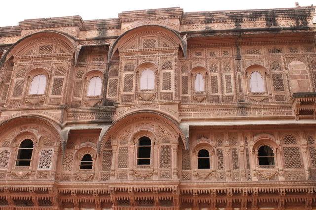 Carvings along the walls of fort. Photo Credit:Pratibha Choudhary,CC BY-SA 3.0