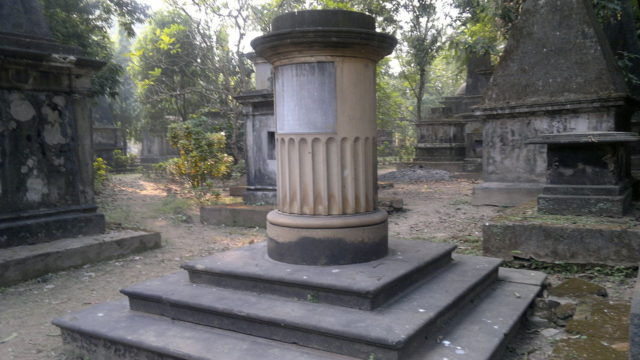 Structures inside the cemetery. Author: Soumyadipto CC BY-SA 3.0