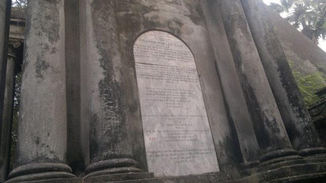 Tablets on the tombs. Author: Soumyadipto CC BY-SA 3.0