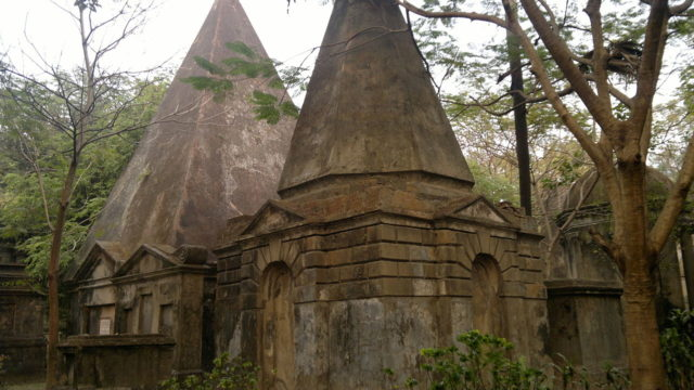 The largest tombs in the cemetery. Author: Soumyadipto CC BY-SA 3.0