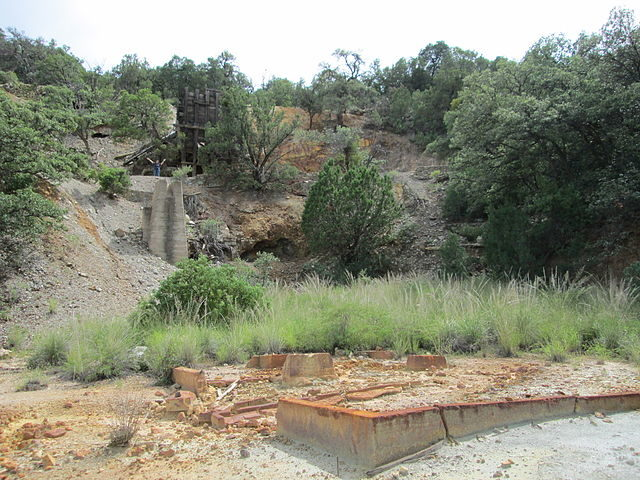 Ruins of the Kansas Mine about a mile northwest of Washington Camp and Duquesne, Arizona. Author: The Old Pueblo CC BY-SA 4.0