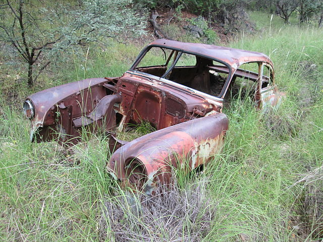 The remains of an old car near the little house. Author: The Old Pueblo CC BY-SA 4.0