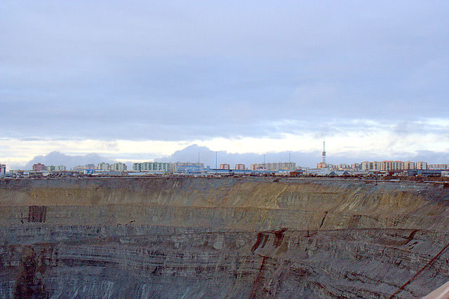 The town of Mirny and its mine. Author: Vladimir – Мирный CC BY 3.0
