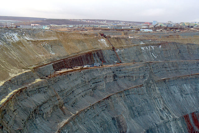 The mine with the town of Mirny in the background. Author: Vladimir – Мирный CC BY 3.0
