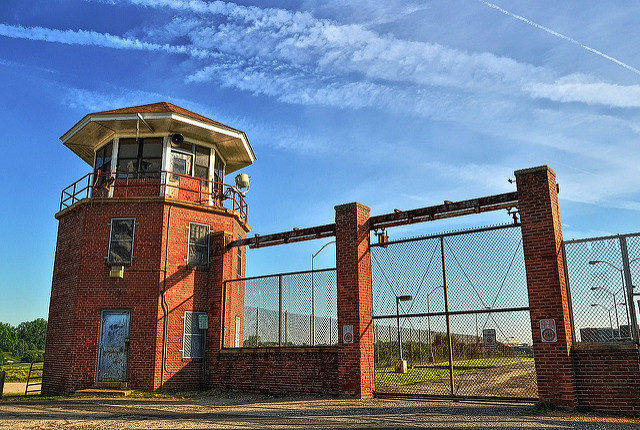One of the guard towers at Lorton prison. Author: Forsaken Fotos CC BY 2.0