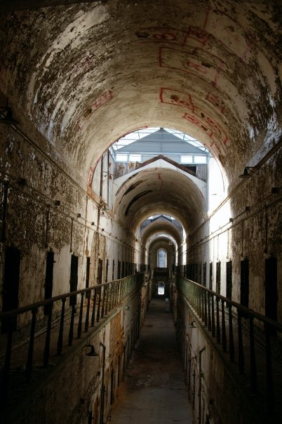 One of the two story cell blocks in Eastern State Penitentiary. Author: HRae CC BY-SA 3.0