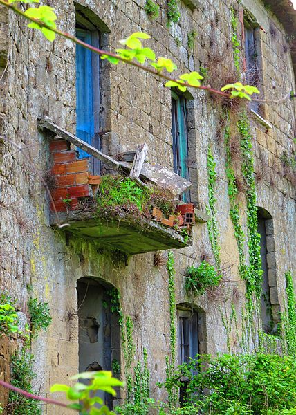 Forgotten balconies. Photo Credit: Gianfranco Vitolo, CC BY 2.0